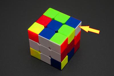 Уголок смотрит белой гранью направо (кубик держим белым центром вниз). Выполняем форму U'F'UF