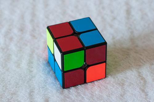 Кубик смотрит белой стороной влево. RU'R'