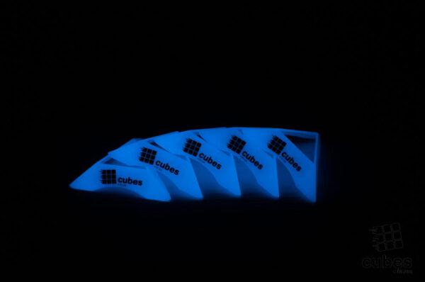 Подставка для кубика Рубика светится в темноте